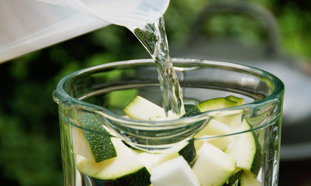 Zucchinisuppe - Die Zucchini mit Wasser pürieren.