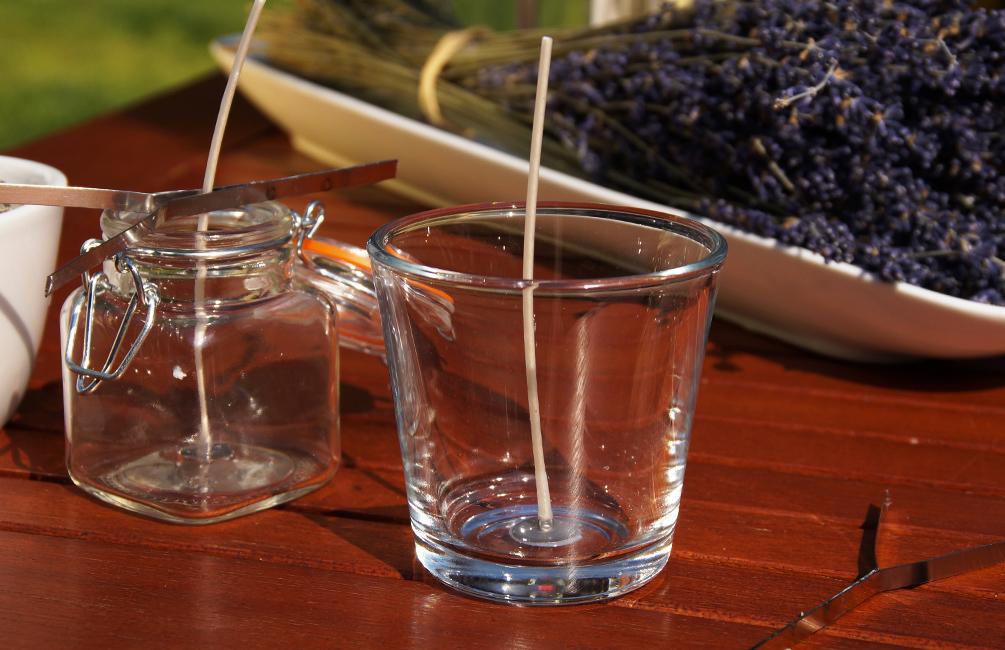 Kerzen selber machen Den Docht mit Wachs auf dem Boden des Glases fixieren