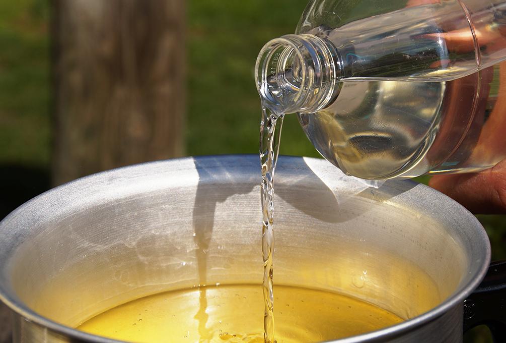 Kerzen selber machen Für den Insektenschutzt Citronellaöl dem geschmolzenen Wachs zu gießen